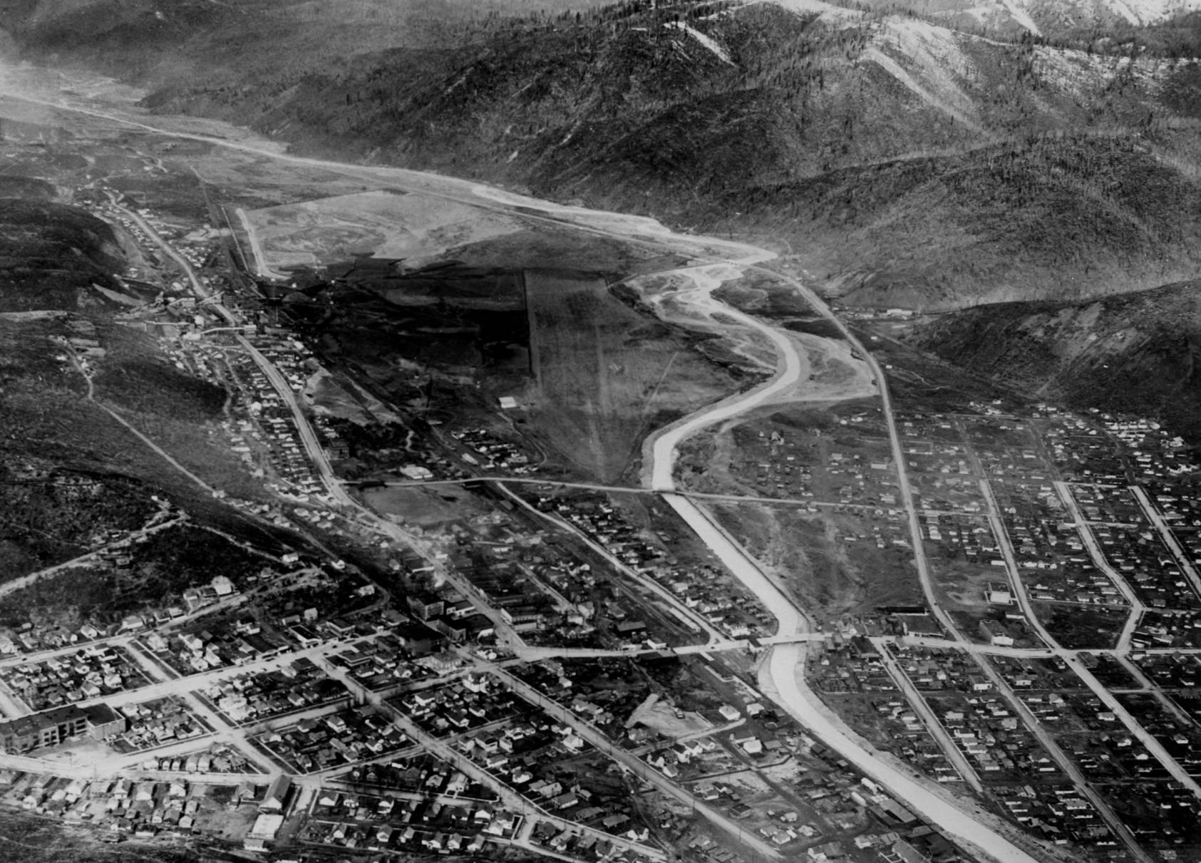 item thumbnail for Shoshone Airport and Kellogg, wide aerial