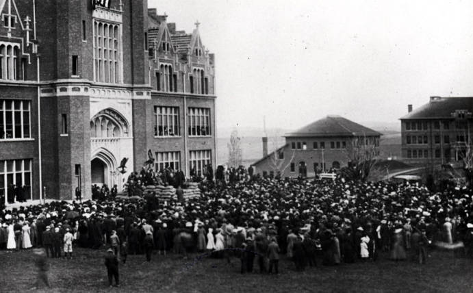 item thumbnail for Crowd gathered to hear Roosevelt in Moscow