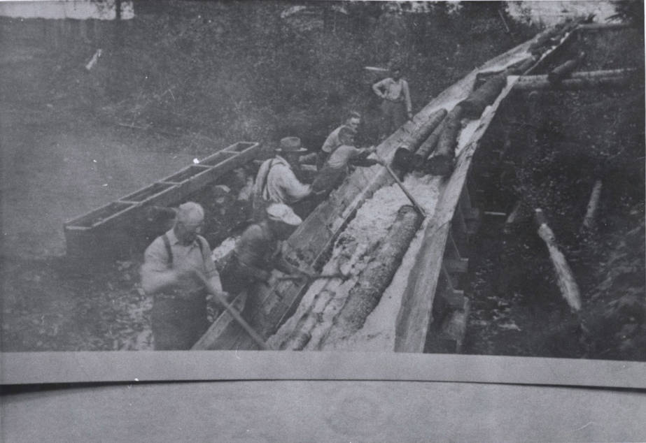item thumbnail for Flume Crew Separating Logs