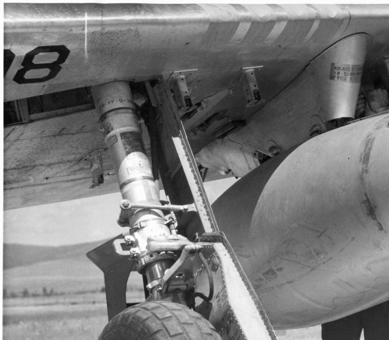 Water bomb being attached to plane.<br&gt;733